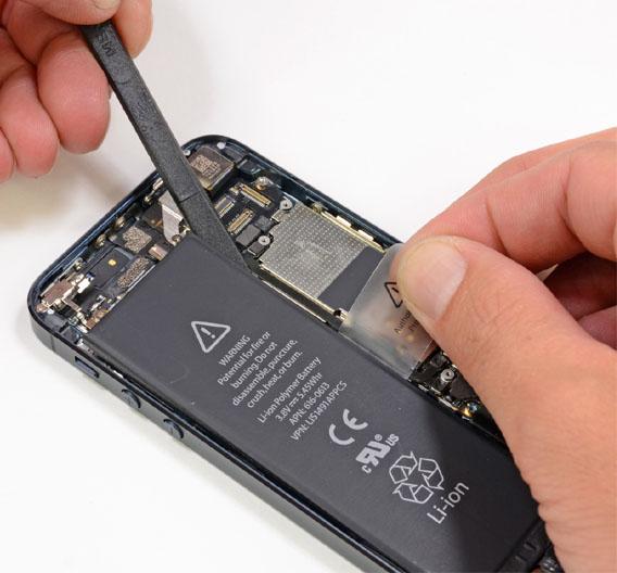 Nachdem das Gehäuse aufgeschraubt ist, geht es an den Akku. Auch das geht relativ leicht. Dazu müssen 3 Schrauben abgeschraubt werden, mit denen der Akku über einen Stecker verbunden ist. Mit einem Spatel wird der Akku dann noch aus dem Gehäuse gelöst, da er festgeklebt ist. Der Akku ist mit einer Kapazität von 1440 mAh etwas stärker als der Akku im iPhone 4S mit 1432 mAh. Der Akku kommt dieses Mal von Sony und nicht mehr von Amperex.