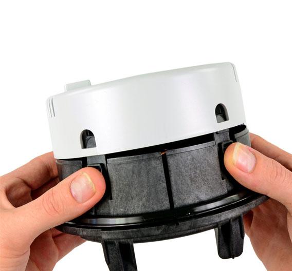 Das Smart Meter lässt sich leicht öffnen: dazu muss man lediglich die 4 Plastik-Clips öffnen.