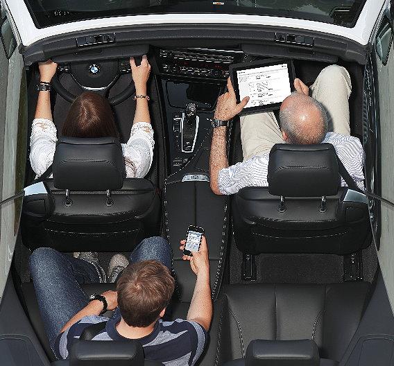 Im Fahrzeug können bis zu acht mobile Endgeräte gleichzeitig mit Hochgeschwindigkeit im Internet surfen.
