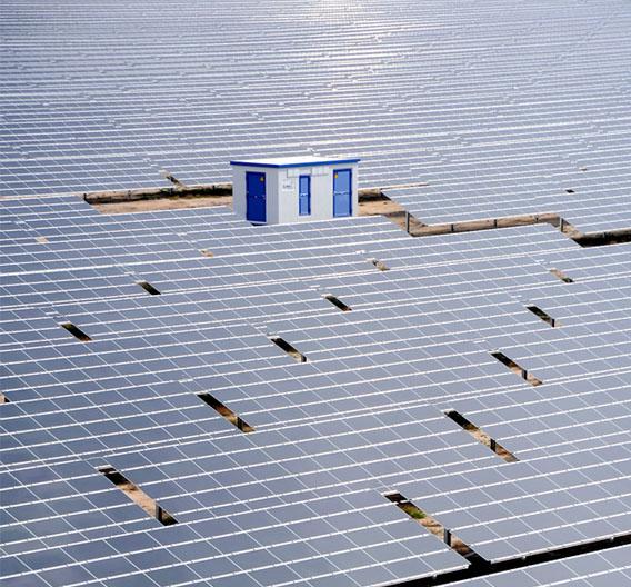 2013 sollen weltweit doppelt so viele Solarmodule wie 2012 installiert werden. Die Umsätze der Modulhersteller werden dadurch aber nicht größer, da die Preise für Solarmodule weiter sinken werden. Das Bild zeigt den Solarpark Lieberose in Brandenburg, eine der größten Solaranlagen der Welt mit einer Leistung von 52,8 MW.