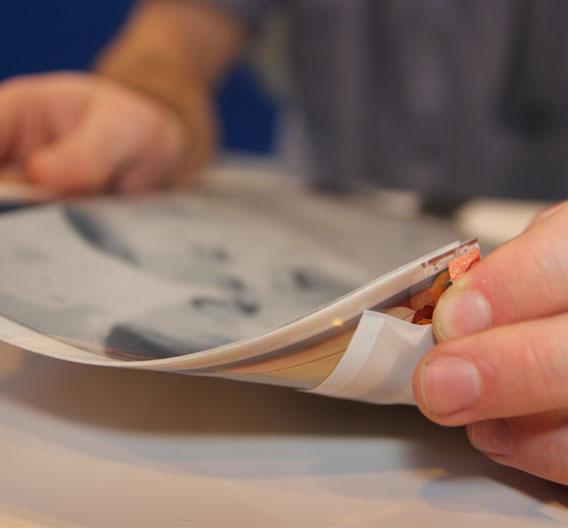 Die Tablets sind aüßerst dünn und flexibel. Sie basieren auf der Display-Technik von Plastic Logic. Sie lassen sich zum Beispiel durch Biegen bedienen.