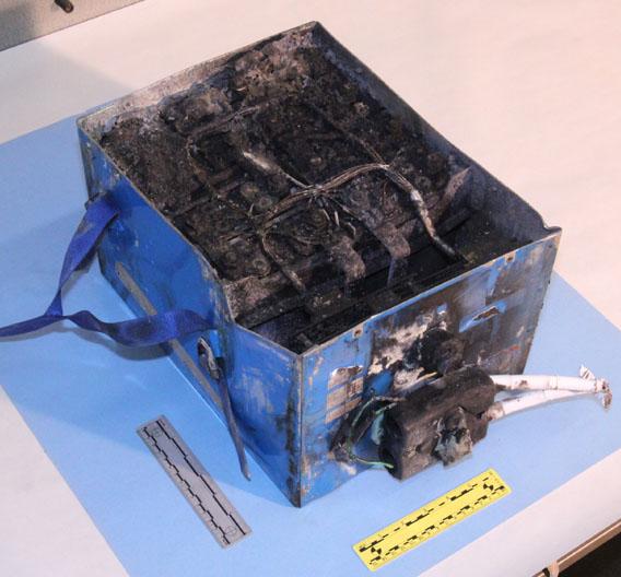 Bild des verkohlten Akkus aus dem Hilfstriebwerk des Dreamliners. Derzeit wird untersucht, ob die Ursache für den Brand in der Elektronik oder im Akku selbst lag.