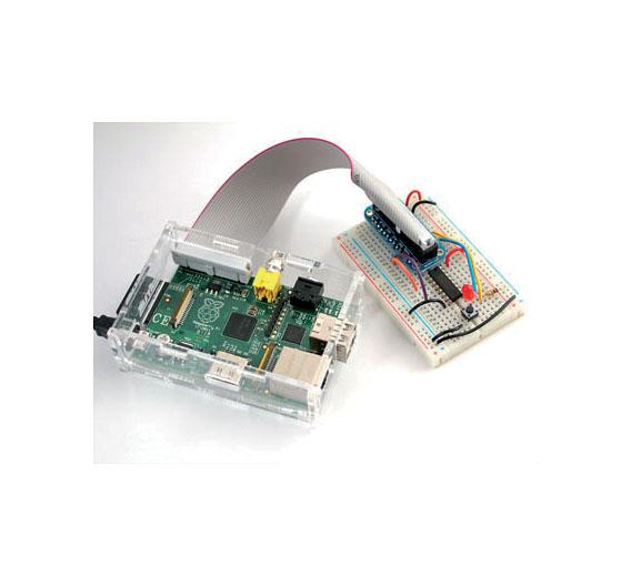 Das Pi Cobbler Breakout Kit zur Kontaktierung eines Breadboard an der 26-poligen Stiftleiste. Das Raspberry Pi Board ist von einem Plexiglas-Gehäuse umhüllt.