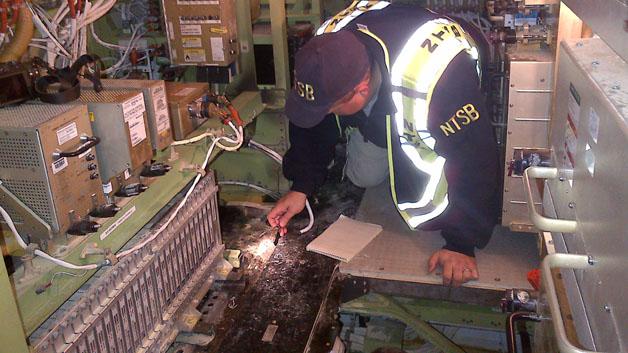 Ein NTSB-Mitarbeiter untersucht die Kabine an Bord der Boeing 787, wo das Feuer ausbrach.