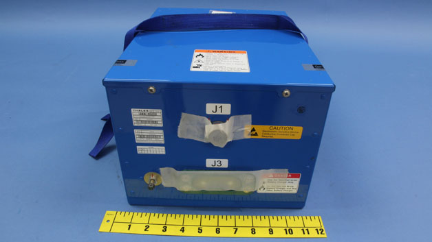 Der unzerstörte, baugleiche Akku, der als Hauptbatterie der Boeing 787 im Einsatz war. Er wiegt 31,5 kg und ist ca. 48 cm x 33,5 cm x 26 cm groß.