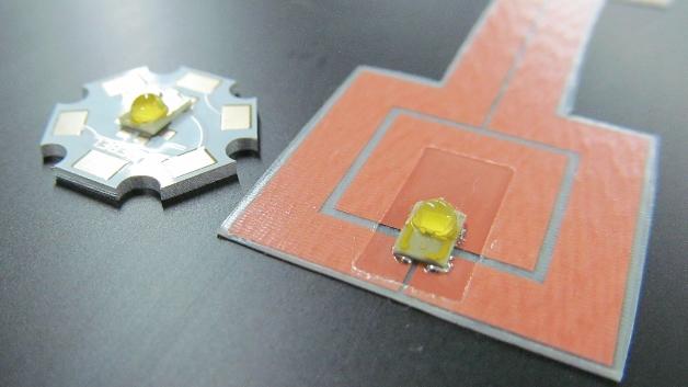 Starplatine (links) und contacfoil-LED (rechts) jeweils mit einer 2-W-»Luxeon-Rebel«-LED