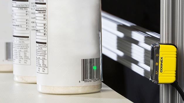 ...erleichtert das Einrichten z.B. von wechselnden Arbeitsabständen. Gelesen werden dabei 1D-Barcodes auf reflektierenden oder biegsamen Oberflächen, selbst wenn diese beschädigt, verzerrt, unscharf, zerkratzt oder kontrastarm sind. Kann ein Code nicht gelesen werden, kann der Benutzer diesen entweder in Echtzeit am Monitor oder über ein Bildarchiv analysieren.