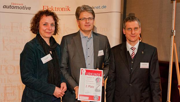 <b>Aktive Bauelemente 2. Platz</b> Für das Smartphone-SoC MSM8960 Snapdragon bekam Qualcomm den 2. Platz. Doris Meier und Georg Schweighofer (Mitte) nahmen den Preis in Empfang.