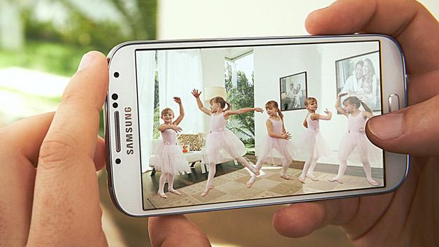Größeres Display, längere Akkulaufzeit: Das Samsung Galaxy S4 spielt in der höchsten Liga der Smartphones. Das 5-Zoll-Display bietet eine Auflösung von 1920 x 1080 Pixeln, was eine Dichte von 441 ppi bedeutet. Auch die 2GB RAM und bis zu 64 GB interner Speicher können sich sehen lassen. Das S4 ist außerdem ein Leichtgewicht, es wiegt nur 130 Gramm. Mit einer einer Dicke von nur 7.9mm stimmen die äußeren Werte. Wie es innen aussieht, zeigt unser Blick unter die Plastikabdeckungen.
