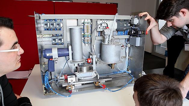 Auszubildende von Siemens haben gemeinsam mit Studenten der Hochschule für Technik und Wirtschaft (HTW) des Saarlands den Currywurst-Automaten »CurryMax« entwickelt.