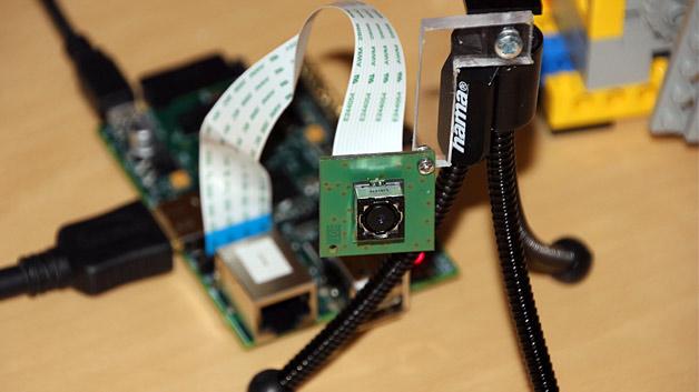 Im Sommer 2012 gab es schon Experimente im Hinblick auf eine Kameratechnik fürs Raspberry Pi. Beim Cambridge Raspberry Jam wurde im Juli ein Prototyp des Kameramoduls ausgestellt.