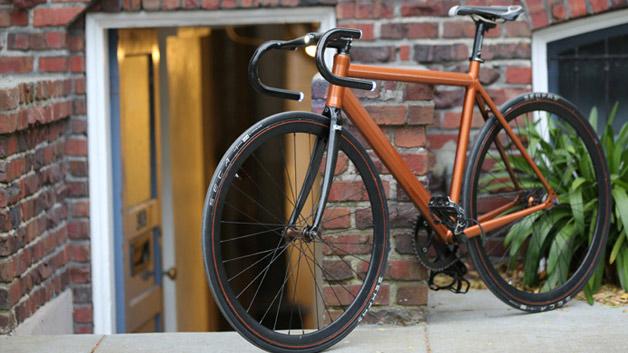 Licht, GPS, Bluetooth und Mobilfunkanbindung – alles verbaut im Fahrradlenker. Das sind die» Helios Handlebars«. Es wird sie in zwei Ausführungen und in je zwei Farben geben: Als Mountainbike-Version mit Hörnen und als Rennrad-Version mit gebogenen Griffen, in schwarz oder weiß. Wir zeigen, was den smarten Lenker besser macht als den normalen.