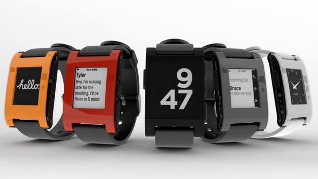 Sie hat den Hype um die Smartwatches losgetreten: Die Pebble Smartwatch. Anstatt in Kleinserie in den USA zu starten, wird die Uhr dank 10 Mio. Dollar Investition auf kickstarter.com nun als Massenprodukt in China hergestellt. Der Fokus liegt bei der Uhr auf herunterladbaren Ziffernblättern und eigens für die Plattform programmierten Apps.