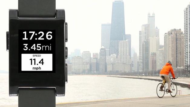 So gibt es eine Pebble-Version der beliebten Tracking-App »RunKeeper«. Ein Blick auf die Uhr genügt, und man weiß über Dauer, Distanz und Geschwindigkeit seiner Aktivität Bescheid. Damit lässt sich Pebble zum Beispiel als Fahrradcomputer oder zum Joggen einsetzen. Wer beim Sporttreiben Musik hört, kann auch diese über die Uhr steuern und das via Bluetooth gekoppelte Smartphone in der Tasche lassen. Für Golfer gibt es sogar eine Applikation, die den Weg zum nächsten Grün weist.