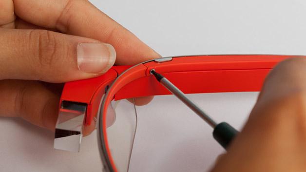 Bevor man das Geheimnis um die Hardware der Datenbrille lüften kann, muss zunächst der äußere »Computerteil« vom Metallrahmen gelöst werden, der übrigens aus Titanium besteht. Dank einer Torx T5-Schraube  gelingt das sehr servicefreundlich. Zwischen Gestell und Verkleidung befindet sich die Seriennummer des Geräts.