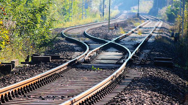 Eks vergleicht es mit dem Funktionsprinzip der Eisenbahnweiche, die von einem starken Elektromagneten gehalten wird – fließt kein Strom mehr, so wird die Weiche automatisch umgestellt.