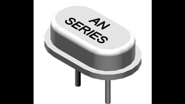 MMD Monitor/Quartztek präsentiert über seinen Vertriebspartner Infratron eine neue Familie von Quarzen in ultra-kleinen Gehäusen. Die beiden neuen Baureihen AN und DN sind im Frequenzbereich 12 bis 40 MHz (Fundamental/AT) und in verschiedenen Temperaturbereichen von -40 bis +85 °C verfügbar. Die maximale Temperaturtoleranz bzw. Stabilität beträgt +/-5ppm bzw. +/-10ppm. Ein erweiterter Temperaturbereich und erhöhte Genauigkeiten sind auf Anforderung möglich.  Das SMD-Gehäuse der DN-Serie ist nur 7,2 × 4 × 2,3 mm³ groß, während das Gehäuse der Serie AN (mit Beinchen zum Durchstecken) mit 6,5 × 3,95 × 1,8 mm³ noch etwas kleiner ausfällt. Die Teile sind nach MIL-STD-883 spezifiziert und widerstehen der üblichen Reflow-Löttemperatur von 260 °C für max. 10 s.