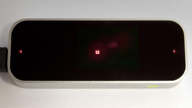 Der Leap Motion Controller soll eine berührungslose dreidimensionale Bedienung von Computern erlauben. Dazu werden die Hände von zwei Kameras und 3 Infrarot-LEDs »verfolgt«.