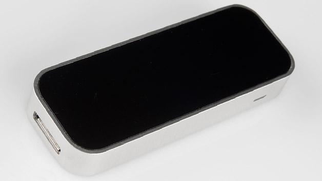Von außen präsentiert sich der Controller puristisch und modern: Gebürstetes Aluminium und schwarzes Hochglanz-Plastik dominieren. Auf der Unterseite befindet sich eine Gummimatte, die für einen sicheren Halt auf der Schreibtischplatte sorgt. Äußerlich sind sonst nur ein USB 3.0-Anschluss (Micro-B) sowie eine Status-LED zu sehen. Die Abmessungen: 6.2mm x 25mm x 75mm.