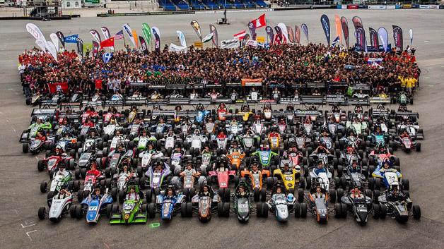 Die diesjährige Ausgabe der Formula Student war mit Abstand die heißeste. Sowohl in wörtlichem als auch in übertragenem Sinne. Denn bei Temperaturen jenseits der 30-Grad-Marke nahmen 115 Teams aus der ganzen Welt an dem Event teil. Mehr als 3000 Studenten hatten sich für das Projekt am Hockenheimring engagiert. Ein neuer Weltrekord.