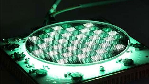 """Die Fördermaßnahme »Initiative Mikrophotonik« unterstützt zahlreiche Projekte vom Design über Mikrostrukturierung und Materialintegration bis zur Aufbau- und Verbindungstechnik. Das Fraunhofer IOF ist in einigen Projekten vertreten. Im Bild zu sehen ist ein 2D-Array aus 9.100 Mikroprojektoren auf einem 4""""-Wafer mit einer Dicke von 3 mm."""