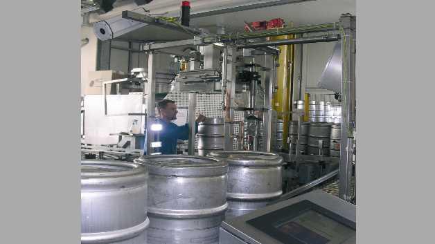 Volle Bierfässer werden von der Wärmekamera (ganz oben links im Bild) kontrolliert. Rechts unten auf dem Bild erkennt man den Touchscreen-Monitor des Bedieners.