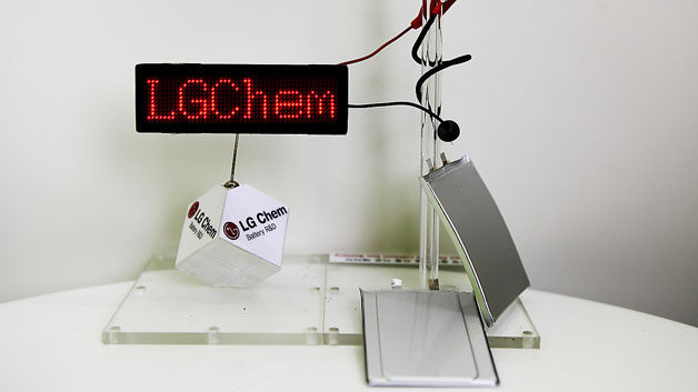 Eine weitere Demo der Akkus: der kabelförmige Akku ist um den Glasstab gewickelt und versorgt die LED-Anzeige. In der Mitte der Akku mit der Stufe, die hier gut zu sehen ist. Ganz rechts der biegbare Akku.