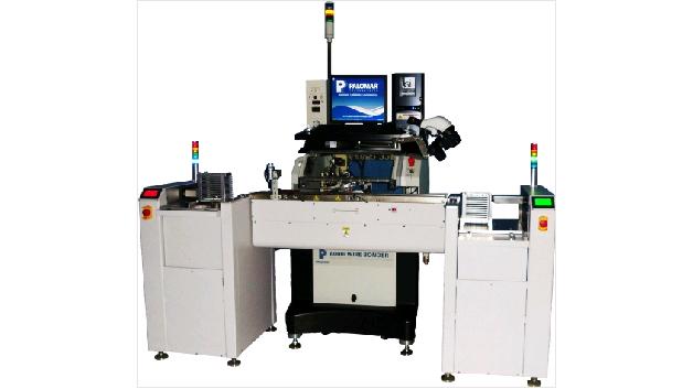 Beim neuartigen 8000i Wire Bonder von Palomar Technologies handelt es sich um einen vollautomatischen Thermosonic-Hochgeschwindigkeitssystem mit i2Gi-Technik. Der als Ball Bonder und Stud Bumper einsetzbare Automat hat einen Arbeitsbereich von 300 mm x 155 mm und ein 2-Achsen-Bondkopfsystem. Dadurch lassen sich einfache bis hin zu komplexen Schaltungen mit unterschiedlichen Materialien problemlos verarbeiten. Der Automat ist sowohl für die Entwicklung als auch für die Serienproduktion geeignet. Die Intelligent Interactive Graphical Interface (i2Gi) bietet alle notwendigen Werkzeuge für fortschrittliches Drahtbonden, angefangen von Applikationsplanung-/ und Entwicklung über die Prozessvalidation bis hin zu intuitiver Bedienerkontrolle.