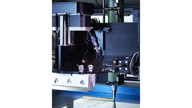 Von DEK gibt es den Automatischen Pasten-Dispenser II (APD II), der Paste bei gleichzeitig laufender Schablonenreinigung auftragen kann. Dadurch verringert das wiederholgenaue Übertragen des richtigen Pastenvolumens die Bedienereingriffe und stellt sicher, dass immer genügend Material für eine vollständige Füllung der Schablonenöffnungen verfügbar ist.  Weitere Vorteile des Systems sind ein schneller und einfacher Kartuschenwechsel in weniger als zwei Minuten, die zuverlässige Erkennung des Pastenniveaus, die Kompatibilität mit Materialspritzen/-kartuschen nach Industriestandard sowie die vollständige Programmierbarkeit von Dispense-Hub (Länge) und Position (x, y).