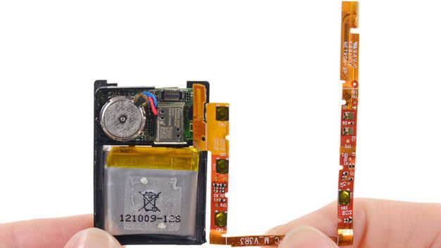 ... ist diese flexible Leiterplatte herumgelegt. Sie enthält außer den drei LEDs noch die vier Knöpfe sowie die Bluetooth-Antenne der Uhr. Da alle Komponenten auf einem Flachbandkabel verbunden sind, können sie im Falle eines Defekts nicht individuell getauscht werden.