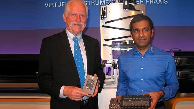 National-Instruments-CEO Dr. James Truchard (links) mit dem Universal-Embedded-Mess-/Regelsystem NI myRIO. Rechts Rahman Jamal mit dem softwaredesignten Controller NI cRIO-9068.
