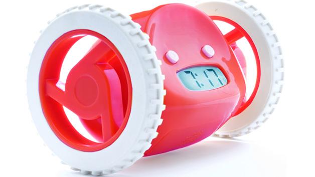 """Morgenmuffel weiterklicken! <a href=""""http://www.nandahome.com/products/red/index.php?color=red"""">Nanda Clocky</a> gehört zu den aufdringlicheren, aber effektiven Weckern. Wenn dieZeit reif ist, fängt er laut an zu piepen und nimmt Reißaus. Wer weiterschlafen möchte, muss den kleinen Racker zunächst wieder einfangen."""