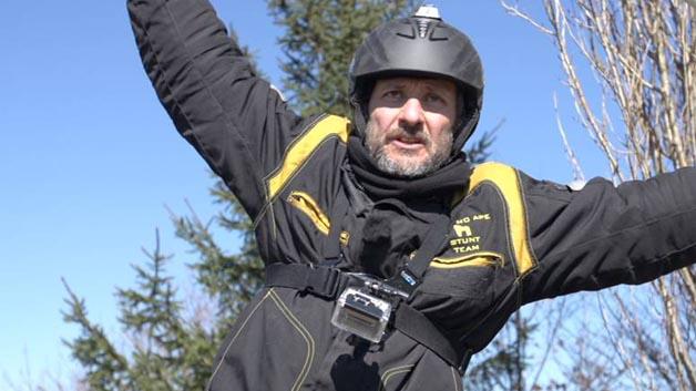 ... wurde ein Mini-Datenlogger MSR165 mit integriertem 3-Achsen-Beschleunigungssensor auf dem Helm eines Stuntmans befestigt, der mit einem Rhönrad den Berg hinunter rollte. Das Ergebnis: Tatsächlich erreichte der Stuntman eine Geschwindigkeit von 50 km/h. Dafür drehte sich sein Rad zwei Mal pro Sekunde. Maximal erreichte der Probant sage und schreibe 12,8 G – damit war er am absoluten Limit des menschlich machbaren angelangt.