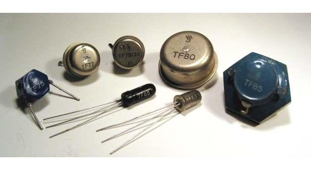 Siemens-Flächentransistoren: TF75, TF77, TF78, TF80, TF85 (hinten) sowie TF65 und TF49 (vorn)