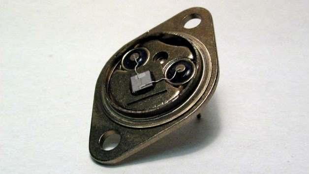 SIPMOS-Transistor BUZ10 im geöffneten Metallgehäuse (erster SIPMOS)