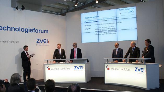 Zum fachlichen Austausch zwischen Ausstellern und Besuchern organisierte der ZVEI gemeinsam mit der Messe Frankfurt das Technologieforum.Beim Eröffnungs-Talk »Vertriebsformen der Zukunft - Paradigmenwechsel im Gebäudetechnikmarkt« wurde die zukünftige Rolle des Großhandels thematisiert.