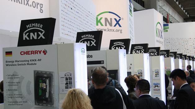 Die KNX Association war in diesem Jahr mit vier Ständen auf einer Gesamtfläche von über tausend Quadratmetern vertreten. Neben der KNX City gab es den hier abgebildeten Mitglieder Stand in Halle 8, auf dem sich 20 Mitglieder aus zehn Ländern präsentieren.