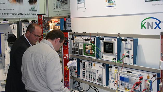 Bei der ELABO TrainingsSysteme GmbH konnte das erlernte KNX Wissen im Anschluss am Trainingssystem für Automatisierungstechnik vertieft werden.