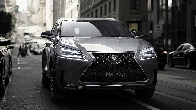 Im NX 200t kommt erstmals bei Lexus ein völlig neuentwickelter, aufgeladener Benzinmotor zum Einsatz. Mit einer Leistung von 238 PS kombiniert er kraftvolle Beschleunigung und Drehfreude mit herausragender Effizienz.