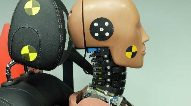 Die Wirbelsäule mit der In-Dummy-Sensorik von Messring, die einen Aufprall genau vermisst.