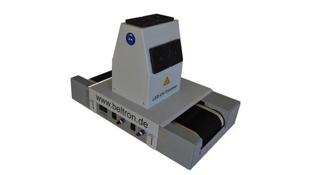 Neben den altbewährten UV- und Thermischen Systemen führt Beltron auch einen neuen LED-UV-Trockner im Programm. Der BE 15 ist ein LED-UV-Trockner mit 15 cm Arbeitsbreite und integrierter Förderstrecke. Bisher wurden konventionelle quecksilberhaltige UV-Lampen für die Härtung verwendet, aber mittlerweile stellt die effizientere, umweltfreundlichere UV-LED-Technologie eine bewährte und überlegene Alternative dar. Anders als Quecksilberdampflampen nutzt die LED-Härtung halbleiterbasierende LEDs zur Erzeugung ultravioletten (UV) Lichts. BELTRON baut auf die Vorteile der UV-LED Technologie mit maximierter Leistungsfähigkeit, Zuverlässigkeit und UV-Energie.