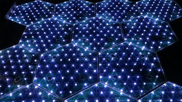 In der Glasoberfläche der Solarzellen sind LEDs integriert. Sie können zur Beleuchtung oder für Hinweise auf der Straße (Abbiegepfeile, Stop-Zeichen, etc.) verwendet werden.