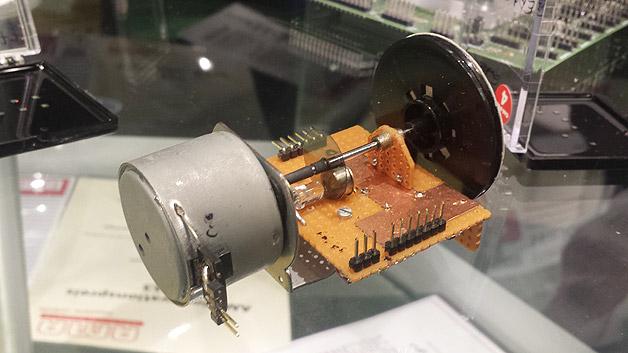 Der erste Prototyp: An dem Modell erklärte Dr. Grau zu Beginn die Funktionsweise des optischen Winkelsensors POLDI. Die Polarisationsscheibe (Mitte) schnitt er aus einer 3D-Kinobrille aus.