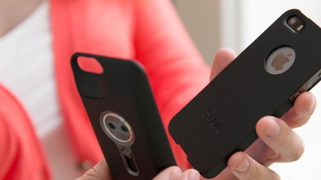 Die erste iPhone Wärmebildkamera FLIR One sieht aus wie eine iPhone-Schutzhülle und wird einfach auf die Rückseite des Handys gesteckt.