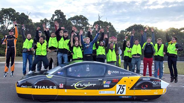 Elektroauto eVe uns das Team nach dem Weltrekord