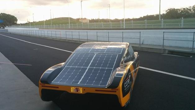 Solarrennwagen eVe von hinten, in der Boxengasse