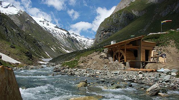 Das Mühlrad, das in Zukunft die Clarahütte im Nationalpark Hohe Tauern autark mit Energie versorgen wird.