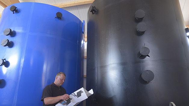 Bild 2. Die Tanks mit den zwei Elektrolyt-Lösungen der Vanadium-Redox-Flow-Batterie.