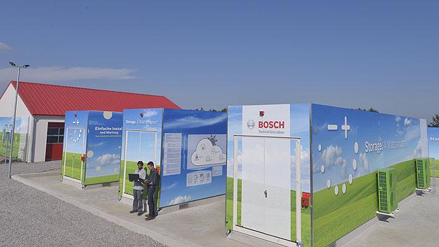 Bild 3. Gesamtansicht des Energiespeichers: In den Containern im Vordergrund sind die Lithium-Ionen-Akkuzellen untergebracht, das Gebäude im Hintergrund beherbergt die Vanadium-Redox-Flow-Batterien.