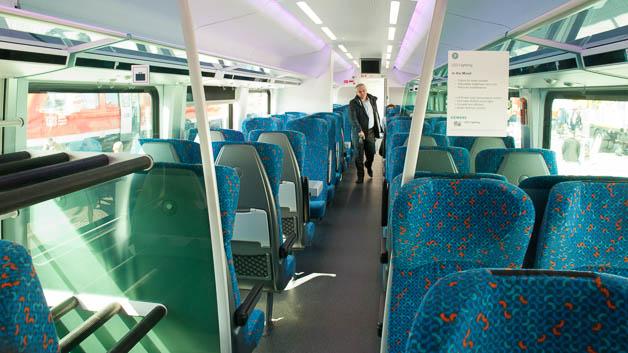 Innenraum der 2. Klasse des Railjet mit Gepäckfächern.